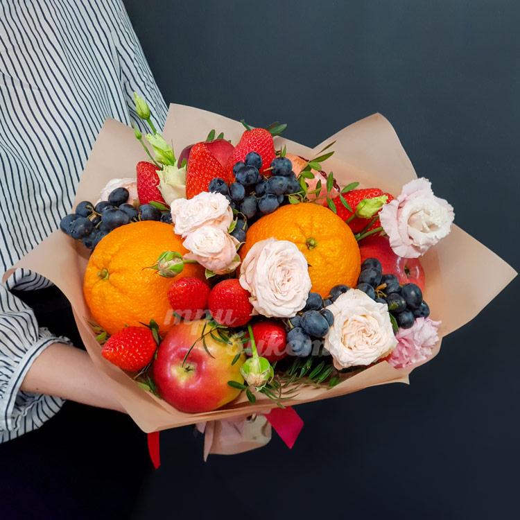 Букет из яблок, клубники и роз