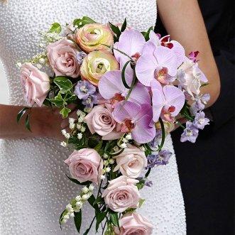Букет невесты из ранункулюсов и орхидей «Небо в алмазах»