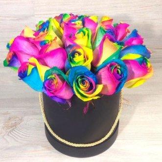 Радужные розы в черной коробке