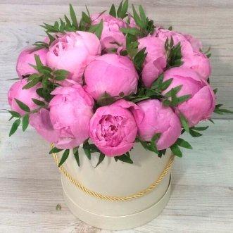 Розовые пионы в коробке