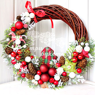 Новогодний венок из ягод и шишек