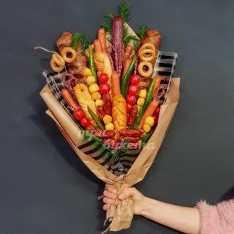 Букет из колбасы и овощей в крафте