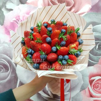 Букет из 25 ягод клубники и черники