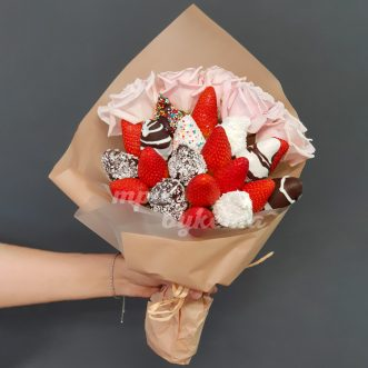 Букет из 20 ягод клубники и роз