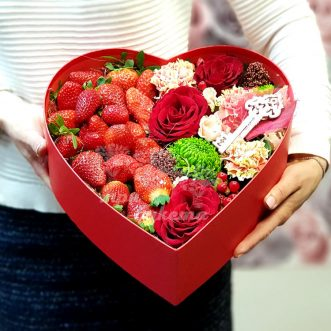 Коробка-сердце с клубникой и цветами