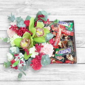Коробочка с конфетами и цветами