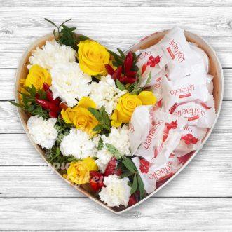 Сердце из роз и конфет Raffaello
