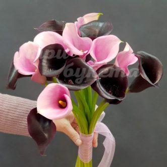Букет из розовых и черных калл